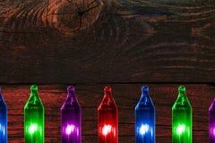 Bunte Blinklichter auf Farbhölzernem Hintergrund mit Kopienraum Stockbilder