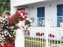 Bunte Blumen auf Haus Front Wall Lizenzfreies Stockbild