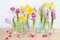 Bunte Blumen in den kleinen Flaschen Stockfoto