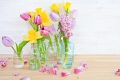 Bunte Blumen in den kleinen Flaschen Lizenzfreie Stockbilder