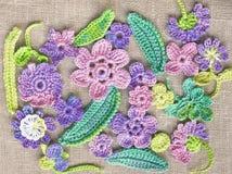 Bunte Blumen der hellen Häkelarbeit Lizenzfreie Stockfotos