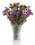 Bunte Blumen in einem Kristallvase Stockbilder