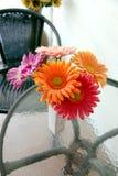 Bunte Blumen in einem Vase auf dem Tisch. Lizenzfreie Stockbilder