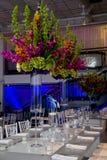 Bunte Blumenanordnung und -tabelle Stockfoto