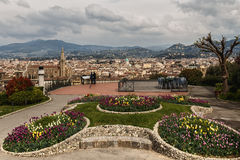 Bunte Blumenbeete von Tulpen auf dem Michelangelo-Quadrat und dem Panoramablick Florenz Stockbilder