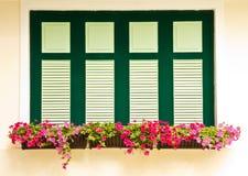 Bunte Blumenkästen auf Fenstern Stockfotos