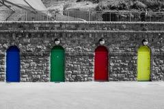 Bunte Bogeneingänge auf Barry Island Wales lizenzfreie stockfotos