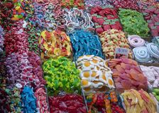 Bunte Bonbons auf einem Marktstall lizenzfreie stockbilder