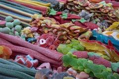 Bunte Bonbons auf einem Marktstall stockfotografie
