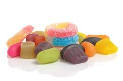 Bunte Bonbons auf weißem Hintergrund Stockbilder