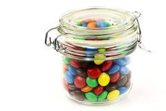Bunte Bonbons in einem Glasglas Stockbild