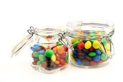 Bunte Bonbons in einem Glasglas Stockbilder