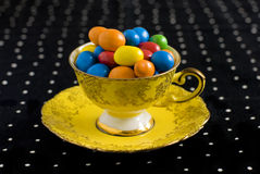 Bunte Bonbons im Weinlese Teacup Stockfoto
