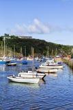 Bunte Boote in altem Fishguard-Hafen, Wales Großbritannien stockfoto