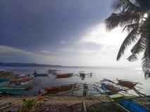 Bunte Boote auf der Küste lizenzfreie stockfotografie