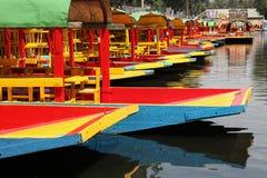 Bunte Boote auf Kanal Stockfoto