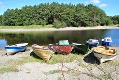 Bunte Boote auf a lakeshore Stockfotos