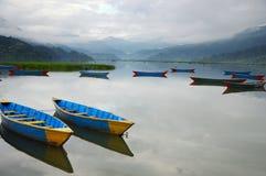Bunte Boote auf Phewa See Nepal Stockfotos