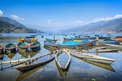 Bunte Boote auf See Lizenzfreie Stockfotografie