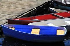 Bunte Boote, die am Pier stillstehen Stockbild