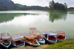 Bunte Boote durch den See Stockbild
