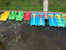 Bunte Boote gruppieren nahe Seeküste, Vogelperspektive Lizenzfreies Stockbild