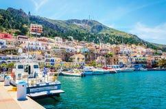 Bunte Boote machten im griechischen Hafen, Griechenland fest Lizenzfreie Stockfotos