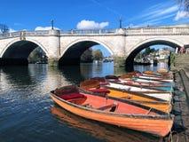 Bunte Boote und Brücke stockfotografie