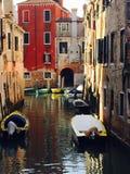 Bunte Boote und Gebäude Stockfotos