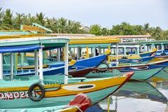 Bunte Boote und Reflexionen lizenzfreie stockfotos