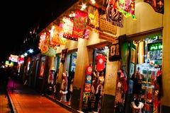 Bunte Bourbon Straßen-Andenken New- Orleans Lizenzfreie Stockbilder