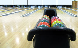 Bunte Bowlingspielhalle u. -kugeln lizenzfreies stockbild