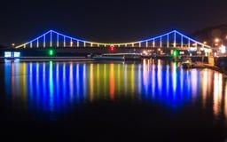 Bunte Brücke über Dnipro-Fluss Stockfotografie