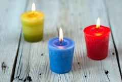 Bunte brennende Kerzen Stockfotografie