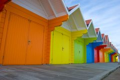 Bunte britische Strandhütten Stockfoto