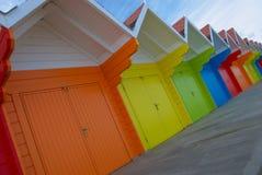 Bunte britische Strandhütten stockfotografie