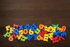 Bunte Buchstaben auf Hintergrundnahaufnahme stockbild