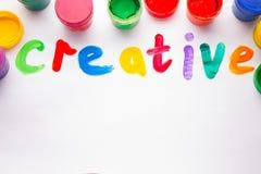 Bunte Buchstaben kreativ Farben und Bürsten Stockbild