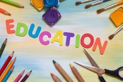Bunte Buchstaben und Schulbedarf, Bildung Lizenzfreie Stockbilder