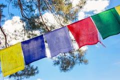 Bunte buddhistische Gebetmarkierungsfahnen Stockfotos