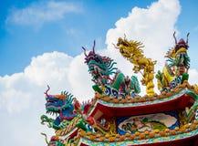 Bunte chinesische Drache- und Schwanskulptur auf den Dachspitzen von ch lizenzfreie stockfotos