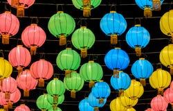 Bunte chinesische Laterne belichtet nachts Lizenzfreie Stockfotos