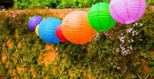 Bunte chinesische Laternen, die in einem Garten hängen lizenzfreies stockbild