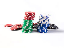 Bunte Chips des Kasinos getrennt auf Weiß Lizenzfreies Stockbild