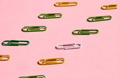 Bunte Clip, die auf der rosa Tabelle liegen lizenzfreies stockfoto