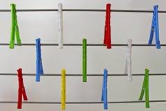 Bunte Clothespins Stockfotos