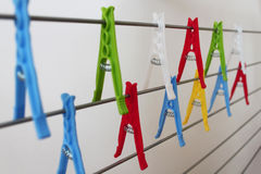 Bunte Clothespins Stockfotos