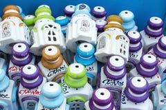 Bunte Cremamic-Weihwasser-Flaschen, Tinos, Griechenland Lizenzfreies Stockfoto