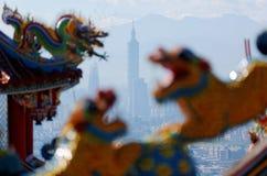 Bunte Dächer eines Tempels verziert mit Skulpturen von heiligen u. günstigen Tierdrachen u. -löwen Stockbild
