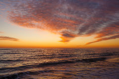 Bunte Dämmerung über dem Meer, Sonnenuntergang Lizenzfreie Stockfotos